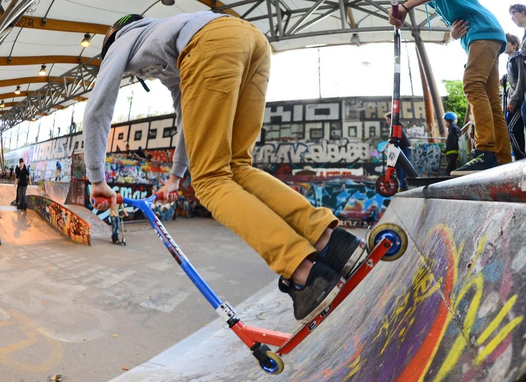 SKATE - 2013 Skatepark de Bercy Glisse Urbaine Illustration trottinette sur une rampe