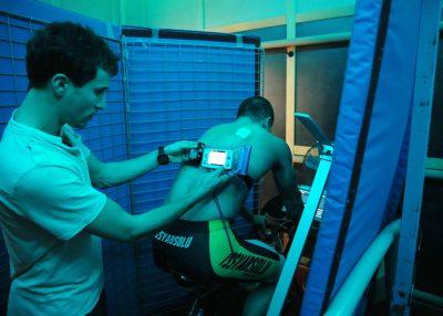 OMNISPORTS - 2016 La thermoroom avec un triathlete. La thermoroom permet de reproduire les conditions de chaleur et d'humidite pour la preparation des jeux de Rio a l'INSEP *** Local Caption ***