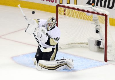 HOCKEY SUR GLACE - NHL - STANLEY CUP - 2016 Jun 12, 2016; San Jose, CA, USA; Pittsburgh Penguins goalie Matt Murray (30) makes a save against the San Jose Sharks in the first period of game six of the 2016 Stanley Cup Final at SAP Center at San Jose. Mandatory Credit: John Hefti-USA TODAY Sports *** Local Caption ***