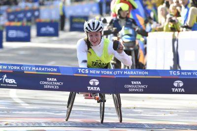 ATHLETISME - MARATHON NEW YORK CITY - 2016 Nov 6, 2016; New York, NY, USA; Tatyana McFadden crosses the finish line to win the Women's Push Rim Wheelchair Race at the 2016 TCS New York City Marathon. Mandatory Credit: Derik Hamilton-USA TODAY Sports *** Local Caption ***