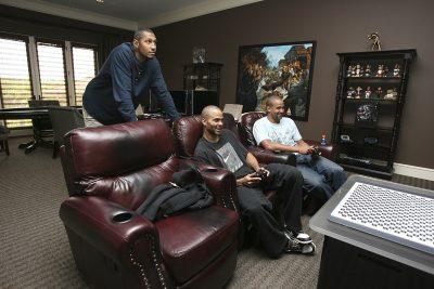 BASKET - NBA - 2012 Basketball : Boris Diaw regarde Tony Parker jouer au jeu vidéo avec son frère Pierre, San Antonio, Tx, USA - 20/04/2012.
