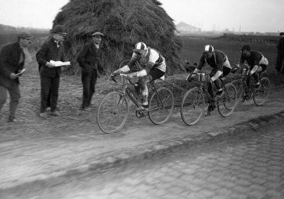 CYCLISME - 1929 ronsse (georges) deolet (aime) meunier (charles) a Wattignies fonds n/b Verifier l'ordre des coureurs. sport parution livre paris/roubaix p 162
